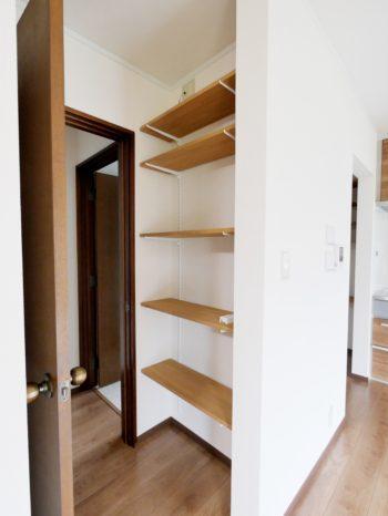 長岡京市の中古住宅丸ごとリフォーム。キッチンの柱に隠れた収納スペースを。可動棚が便利です。