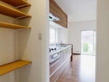 長岡京市の中古住宅まるごとリフォーム。キッチンの左横に作ったパントリー。可動棚で便利に収納出来ます。