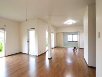 長岡京市の中古住宅丸ごとリフォーム。小さいお嬢さんがリビングの床をハイハイしています。