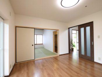 長岡京市の中古住宅リノベーション。リフォーム後。玄関からリビングに入った場所にウォークインクローゼットがあります。和室からも出入りする事が出来ます。