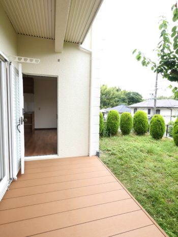 長岡京市の中古住宅丸ごとリフォーム。リフォーム後のお庭に面したデッキです。リビングの掃き出し窓からも、キッチンにある勝手口からも、このデッキへ出られます。お庭の緑がとてもキレイです。