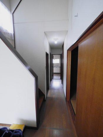 長岡京市の中古住宅丸ごとリフォーム。リフォーム前の玄関から廊下。廊下の奥には古いキッチンが見えます。