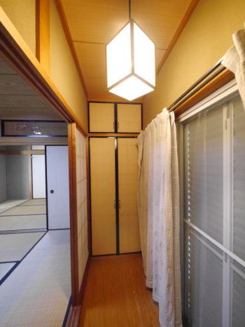 長岡京市の中古住宅丸ごとリノベーション。リフォーム前の1階の和室にある縁側です。