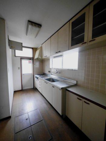 長岡京市の中古住宅丸ごとリノベーション。リフォーム前のキッチンは、奥まった細長い場所にありました。