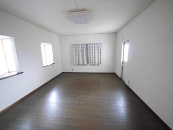 長岡京市の中古住宅リノベーション。リフォーム前の1階洋室。右奥にドアがあり、そこからお庭へ出られます。