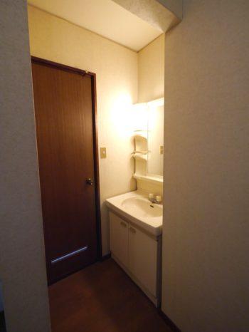 リフォーム前の2階の洗面室とトイレ。