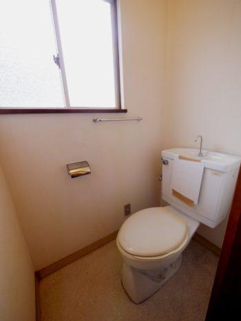 長岡京市の中古住宅丸ごとリノベーション。リフォーム前の2階のトイレ。便器が古いです。