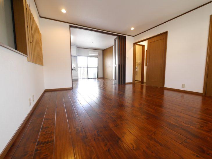 向日市の中古住宅リノベーション。リフォーム後のリビングダイニングです。濃い飴色のフローリングは、元々のもの。とてもキレイな良い床材だったのでそのまま使う事になりました。2部屋続きで広々としています。