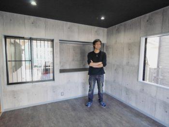 向日市の中古住宅リノベーション。和室を洋室にリフォームしました。コンクリートの打ちっぱなしに見える壁はクロス。石の壁に見えます。天井は黒いクロスに。ご主人の好みのトレーニング室を作りました。