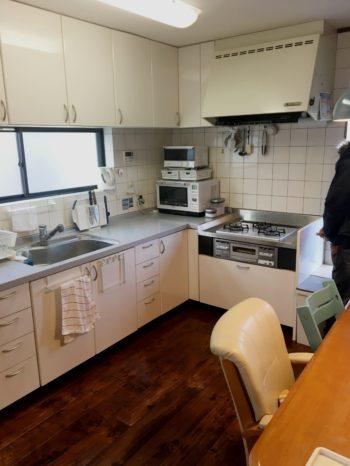 向日市の中古住宅リノベーション。リフォーム前のキッチンです。コーナーに付いていて使いやすそう。