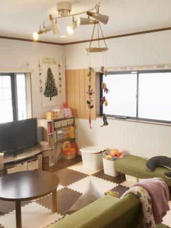 向日市の中古住宅リノベーション。リフォーム前のリビングですが、まだ売主さんがお住まいなので家具が置かれています。