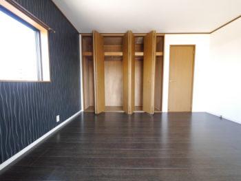向日市の中古住宅リノベーション。リフォーム後の3階の洋室です。天井までの大きなクローゼットがあります。
