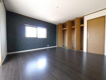 向日市の中古住宅リノベーション。リフォーム後の3階の洋室です。明るい茶色だった床は、暗めの焦げ茶色のフローリングになりました。明るい黄土色のクローゼットは、元々あったものをそのまま使います。