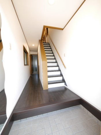 向日市の中古住宅リノベーション。リフォーム後の玄関を入ったところ。すぐに階段があります。