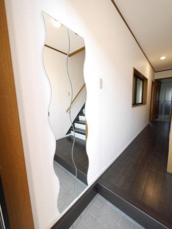 向日市の中古住宅リノベーション。リフォーム後の玄関ホール。左の壁にはIKEAの鏡を2枚取り付けました。白いクロスで明るく感じます。