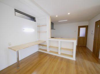 大山崎町で実家のリノベーション。造作でカウンターも作りました。お子さまがここで宿題が出来るようになっています。