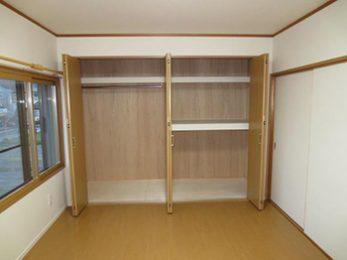 長岡京市の子ども部屋リフォーム。完成したクローゼットの中です。右側はお布団が収納できる押入れタイプに。左側は洋服をたくさんかけられます。