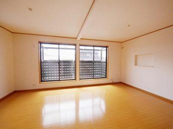 2部屋並んでいた洋室の壁を取って1部屋にしました。とても明るく広くなった子ども部屋です。
