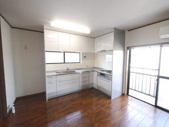 向日市の中古住宅リノベーション。リフォーム後のキッチンは、クリナップのクリンレディ。コーナーに設置した白いキッチンは上質なステンレスが使われていてとても機能的です。